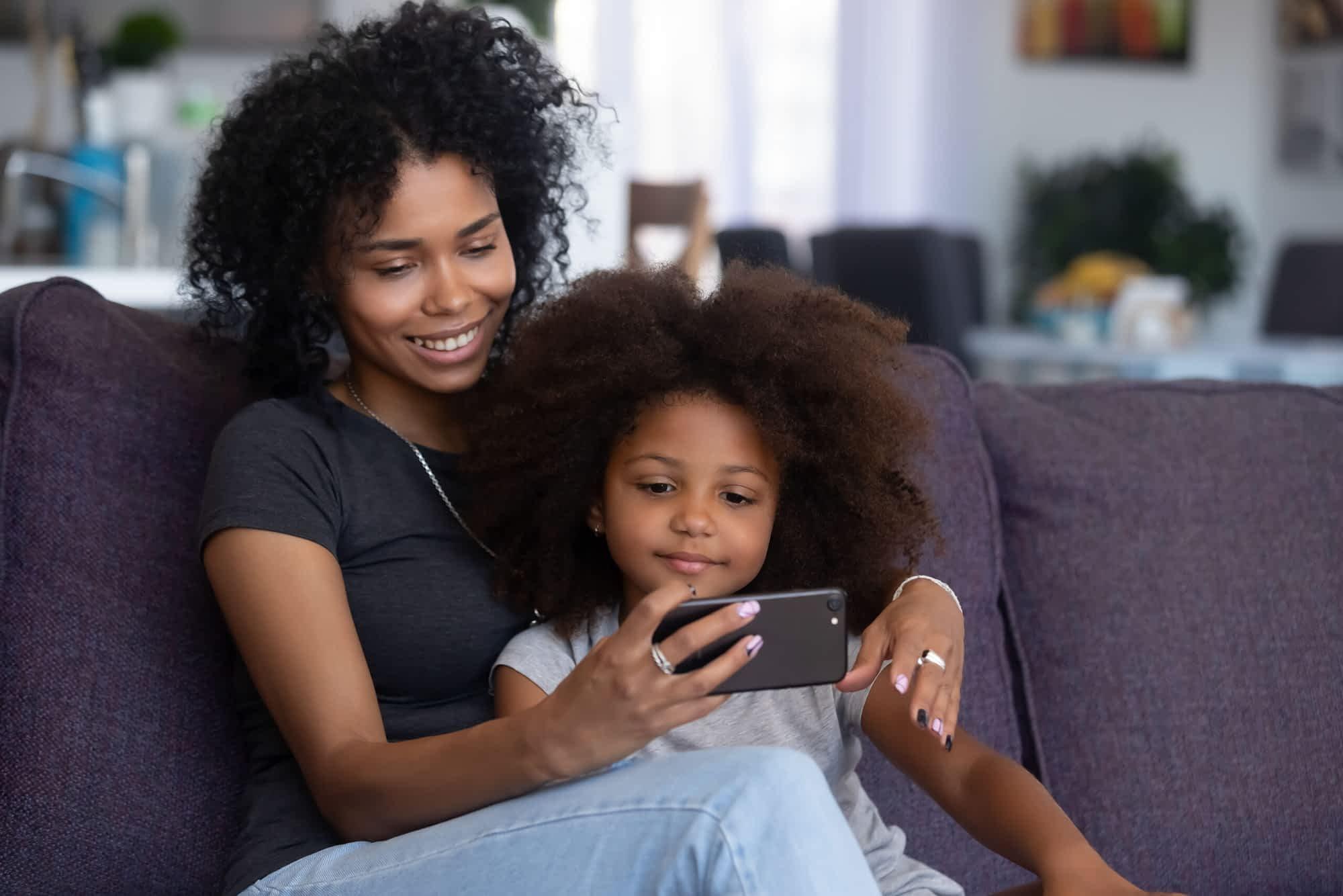 Mãe e filha ao celular