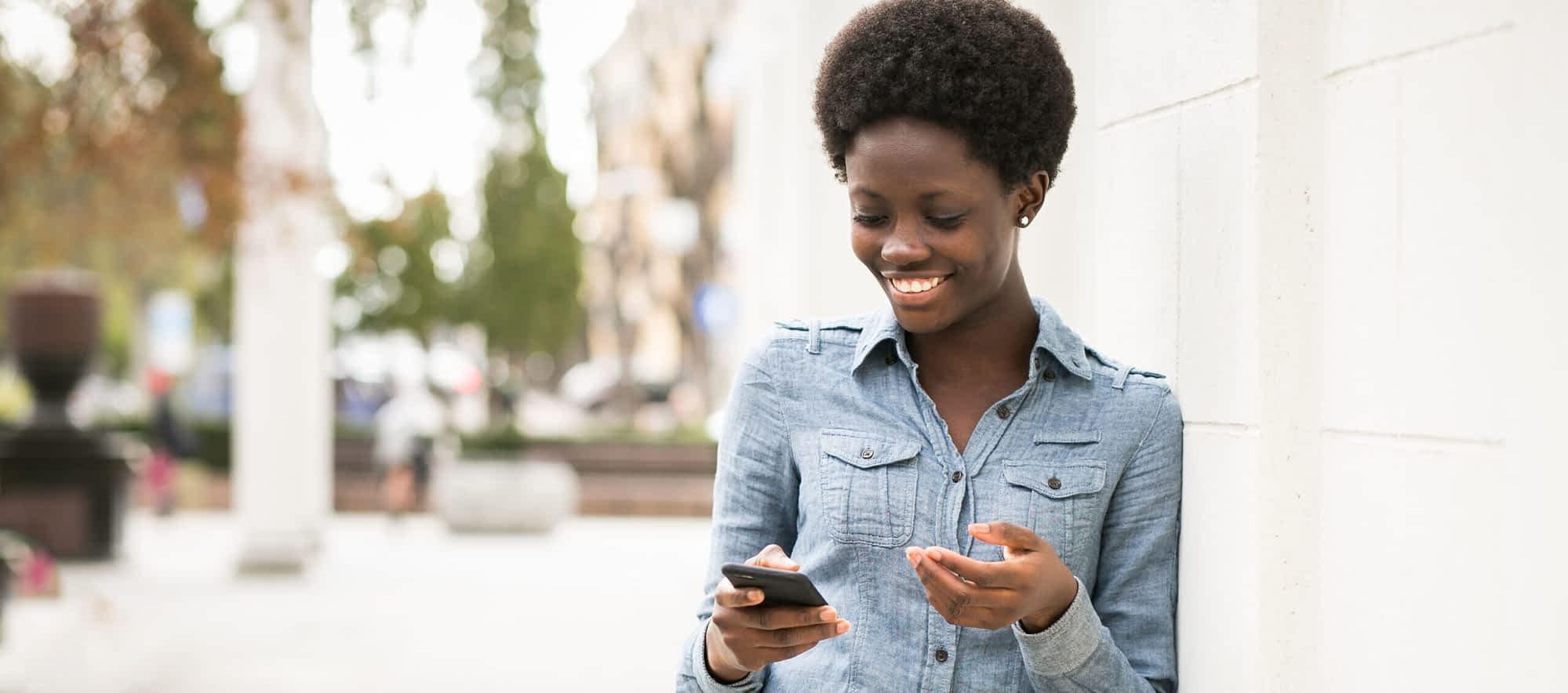 mulher ao celular